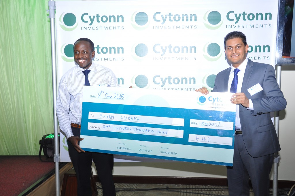 chandaria-group-ceo-darshan-chandaria-presents-the-ksh-100000-dummy-cheque-to-the-winner